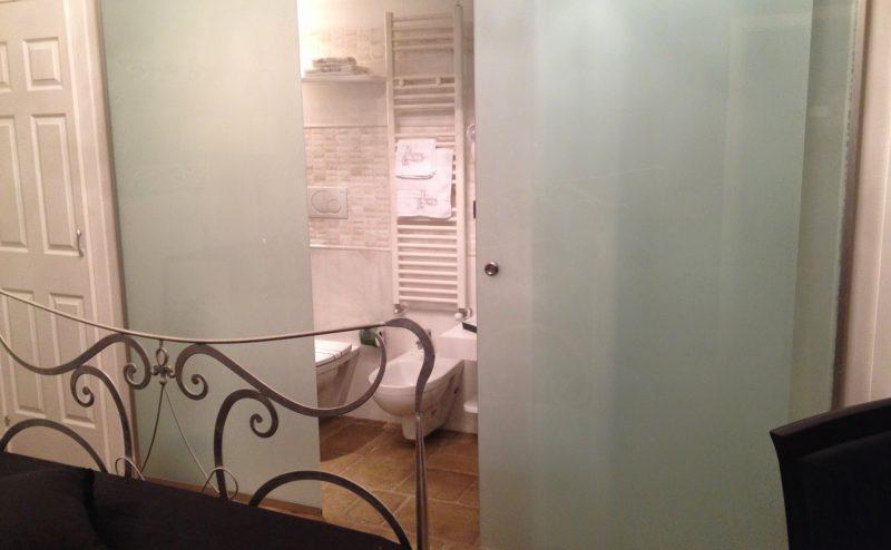 Bagno In Camera Con Vetrata : Bagno con anta scorrevole e box doccia vetreria l arte nel vetro