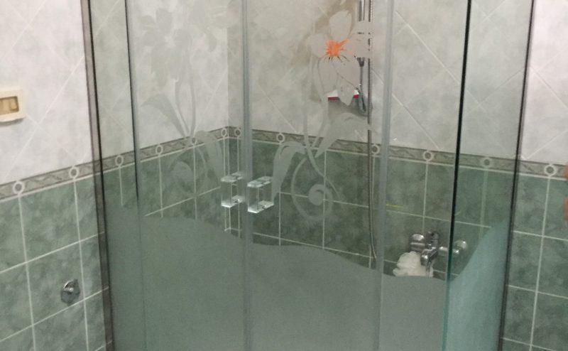 Box doccia ad angolo con due ante con parte inferiore opaca e