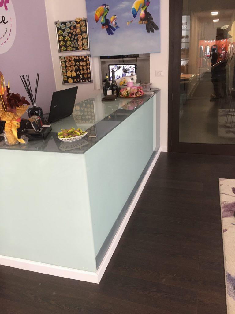Banco rivestito in cristallo verniciato